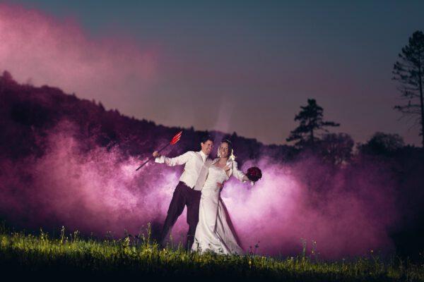 Hochzeitsfotograf-egloffstein-pegnitz-hochzeitsfotograf-nürnberg-münchen-weiden-kulmbach-kronach-Fotograf-Fotostudio-Hochzeit-Max-Hoerath-design-rauchbombe