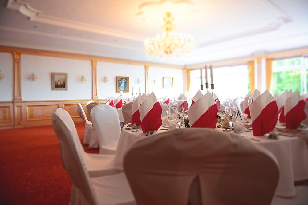 Hochzeitsfotograf-Max-Hoerath-Hochzeitsreportage-Wirsberg-Reiterhof-Hochzeitsdorf-Hochzeitsbilder
