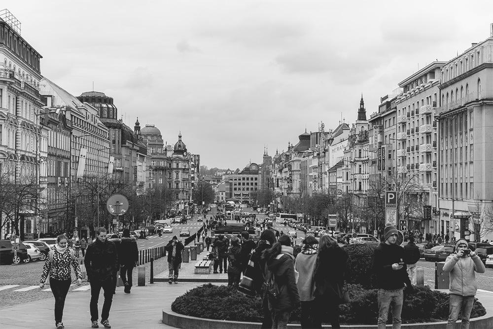 Touristen-Karlsbrücke-Prag-Sehenswürdigkeiten-Touristenstrom-Wenzelsplatz-Nachtclub-Nationalgalerie