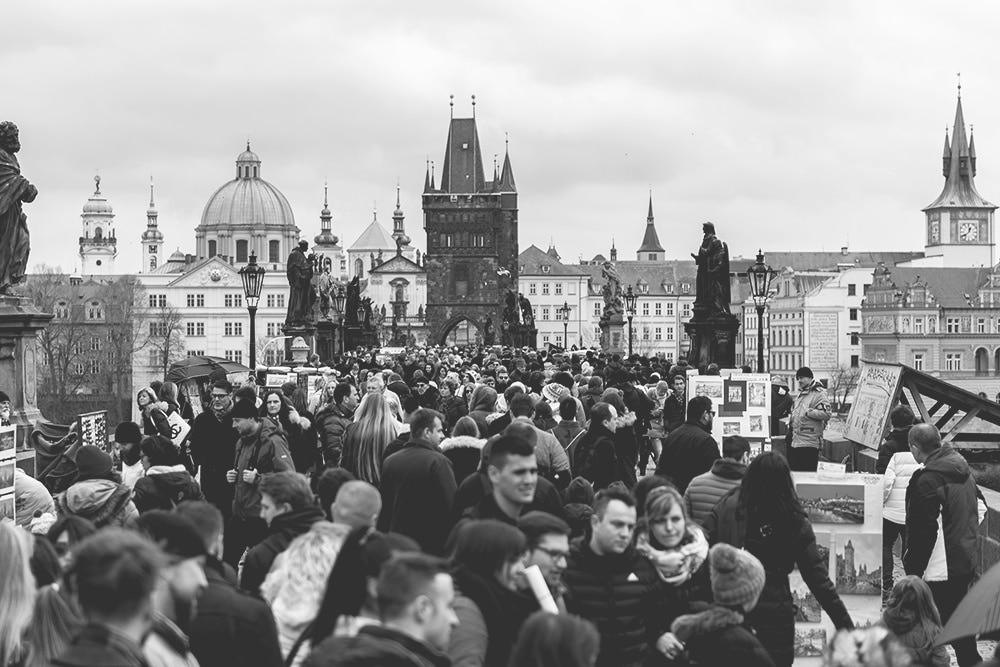 Touristen-Karlsbrücke-Prag-Sehenswürdigkeiten-Touristenstrom