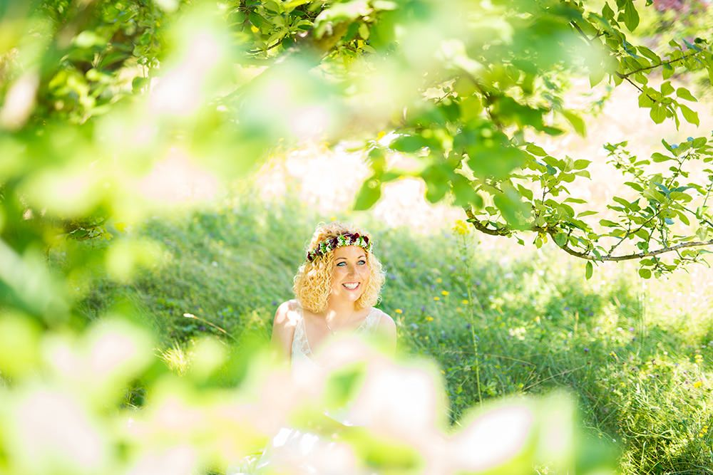 Brautfotos-im-Grünen-Fotograf-Hochzeitsfotograf-Fotoshooting-Braut-Hochzeitskleid-Sommer-München-Berlin-Palma