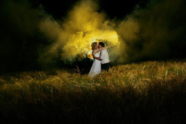 hochzeitsfotos-hochzeitsbilder-rauchgranate-brautpaar-after-wedding-shooting-berlin-hamburg-hof-kulmbach-muenchen-erfurt-selb-stuttgart-wuerzburg
