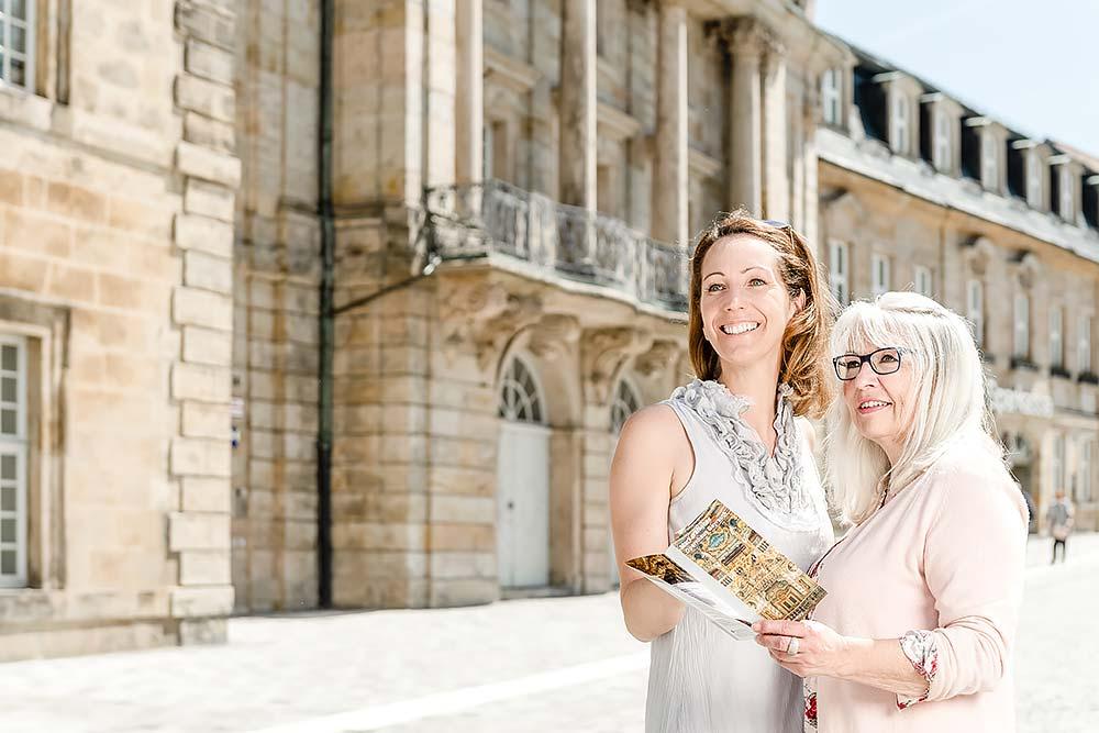 Tourismus Stadtführung in Bayreuth vor dem Opernhaus