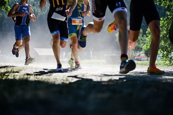 tennet-powertriathlon-trebgast-kulmbach-triathlon-sportfotograf-actionfotograf-max-hoerath-fotograf-werbefotograf-ats-schwimmen-badesee-laufstrecke-staub-hitze
